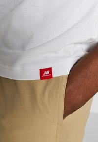 New Balance - SPORT STYLE OPTIKS  - T-shirt con stampa - white - 5