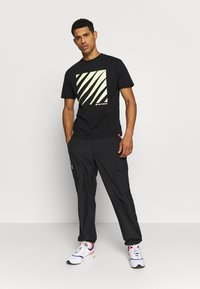 New Balance - SPORT STYLE OPTIKS  - T-shirt con stampa - black - 1