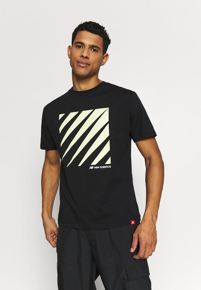 New Balance - SPORT STYLE OPTIKS  - T-shirt con stampa - black