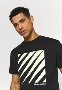 New Balance - SPORT STYLE OPTIKS  - T-shirt con stampa - black - 3