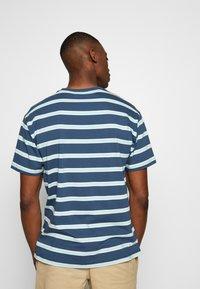 New Balance - ATHLETICS STRIPE - T-shirt print - stoneblu - 2