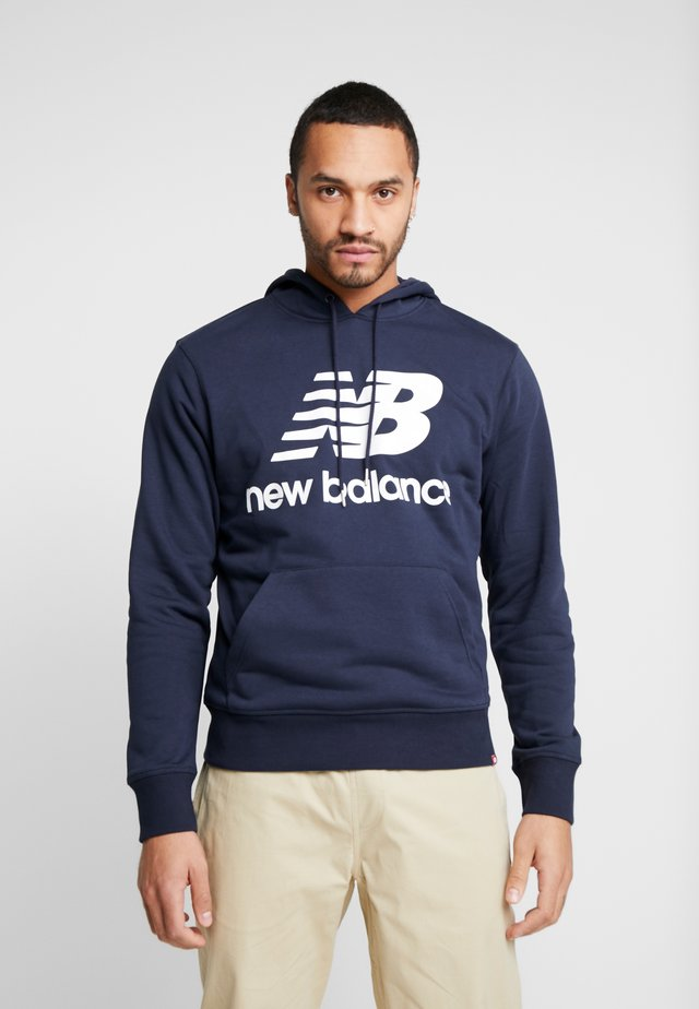 ESSENTIALS STACKED LOGO HOODIE - Jersey con capucha - eclipse