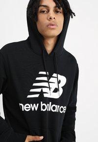 New Balance - ESSENTIALS STACKED LOGO HOODIE - Sweat à capuche - black - 4