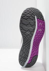 New Balance - VONGO - Løbesko stabilitet - white/purple - 4