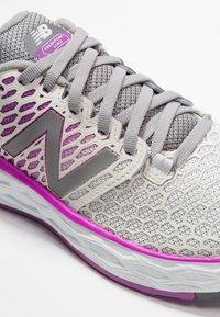New Balance - VONGO - Løbesko stabilitet - white/purple - 5