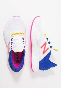 New Balance - ROAV SPORT PACK - Obuwie do biegania treningowe - white/blue - 1
