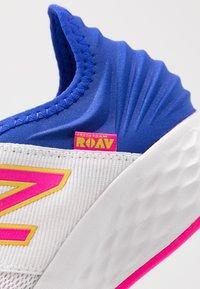New Balance - ROAV SPORT PACK - Obuwie do biegania treningowe - white/blue - 5