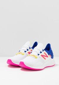 New Balance - ROAV SPORT PACK - Obuwie do biegania treningowe - white/blue - 2