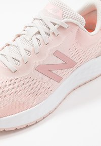 New Balance - FRESH FOAM ARISHI - Zapatillas de running neutras - pink - 5