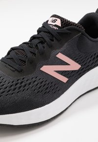 New Balance - FRESH FOAM ARISHI - Neutrala löparskor - black - 5