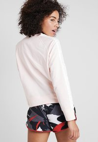 New Balance - RELENTLESS CREW - Sweatshirt - pinkmist - 2