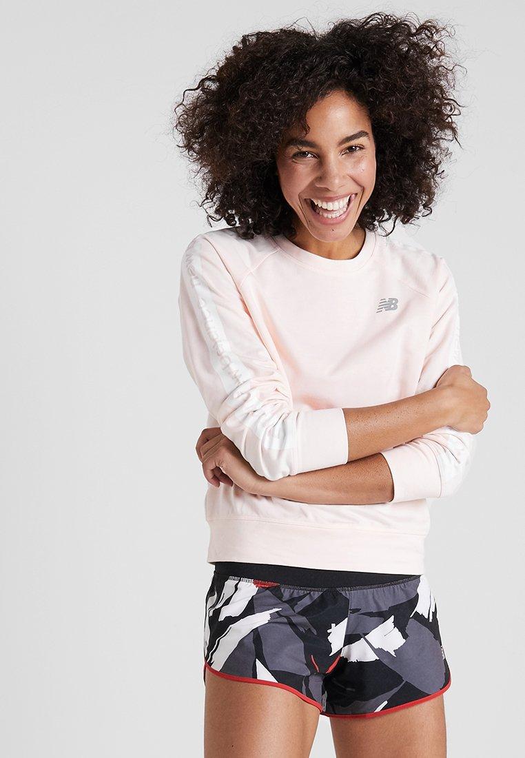 New Balance - RELENTLESS CREW - Sweatshirt - pinkmist