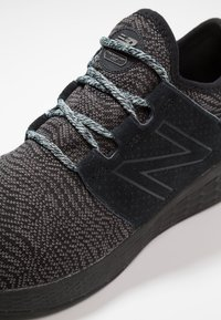 New Balance - FRESH FOAM CRUZ - Neutrala löparskor - black/grey - 5
