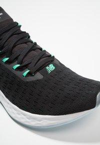 New Balance - LAZR V2 HYPOKNIT - Chaussures de running neutres - other black - 5