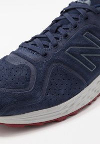 New Balance - FRESH FOAM ARISHI V2 - Chaussures de running neutres - navy/red - 5