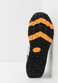 New Balance - HIERRO V5 - Scarpe da trail running - grey - 4