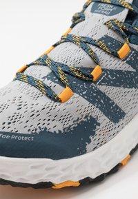 New Balance - HIERRO V5 - Scarpe da trail running - grey - 5