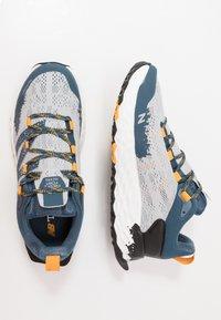 New Balance - HIERRO V5 - Chaussures de running - grey - 1