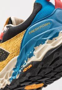 New Balance - HIERRO V5 - Chaussures de running - yellow - 5