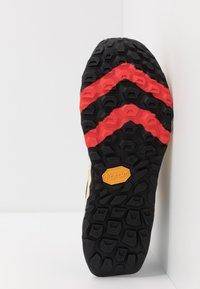 New Balance - HIERRO V5 - Chaussures de running - yellow - 4