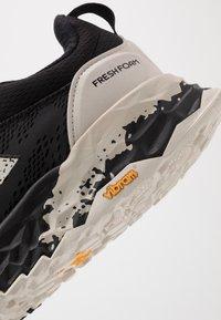 New Balance - HIERRO V5 - Chaussures de running - black - 5