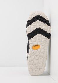 New Balance - HIERRO V5 - Chaussures de running - black - 4