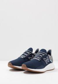 New Balance - ROAV - Chaussures de running neutres - natural indigo - 2