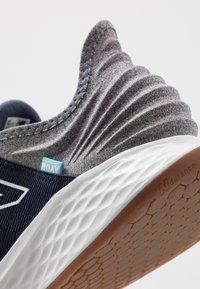 New Balance - ROAV - Chaussures de running neutres - natural indigo - 5