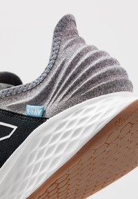 New Balance - ROAV - Chaussures de running neutres - light aluminium - 5