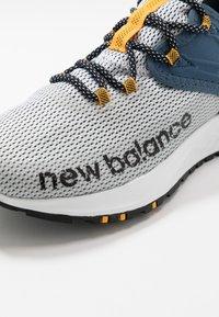 New Balance - TRAIL ROAV - Chaussures de running - stone blue/white - 5