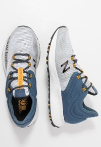 New Balance - TRAIL ROAV - Chaussures de running - stone blue/white - 1