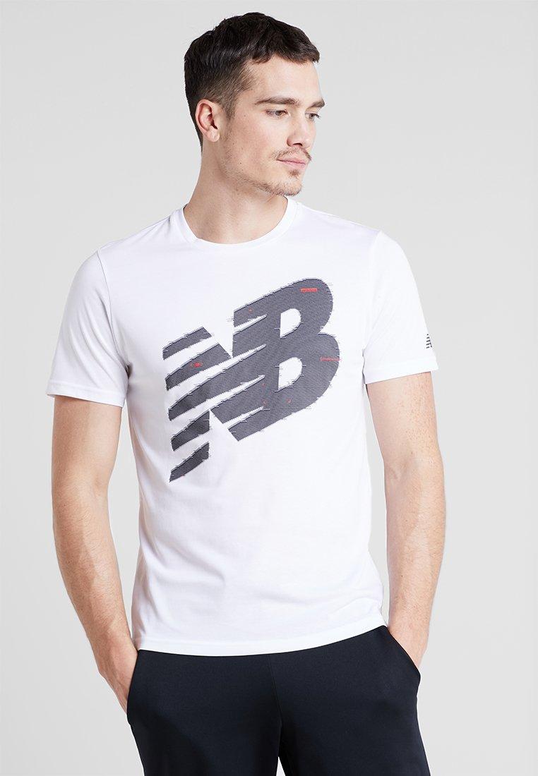 New Balance - GRAPHIC HEATHERTECH  - Print T-shirt - white