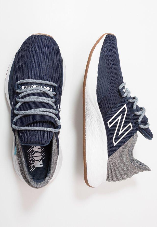 GEROVTR - Zapatillas de running neutras - navy/grey