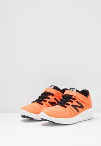 New Balance - YT570GB - Neutrala löparskor - orange - 3