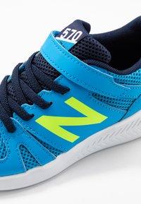 New Balance - YT570GB - Neutrala löparskor - blue/green - 2