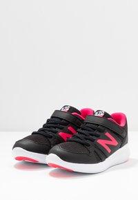 New Balance - YT570GB - Neutrala löparskor - black/pink - 3
