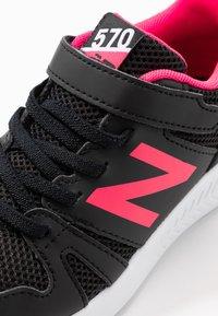 New Balance - YT570GB - Neutrala löparskor - black/pink - 2