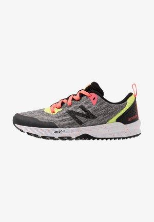 YPNTRYB3 - Obuwie do biegania treningowe - pink/black