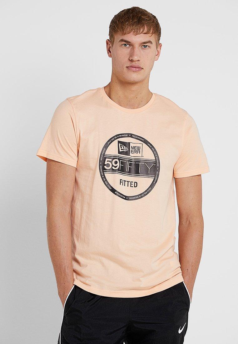 New Era - ESSENTIAL VISOR STICKER TEE - T-Shirt print - salmon
