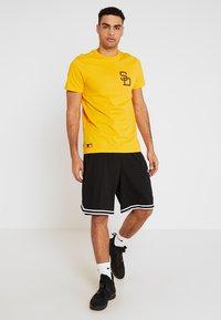 New Era - MLB SAN DIEGO PADRES - Print T-shirt - yellow - 1