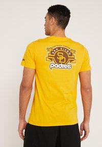 New Era - MLB SAN DIEGO PADRES - Print T-shirt - yellow - 2