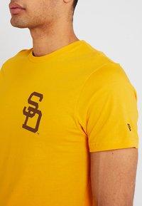 New Era - MLB SAN DIEGO PADRES - Print T-shirt - yellow - 5