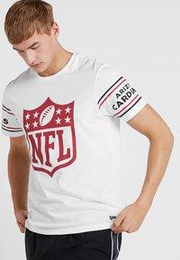 New Era - NFL BADGE TEE - Klubbkläder - white - 0