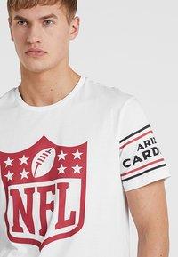 New Era - NFL BADGE TEE - Klubbkläder - white - 4