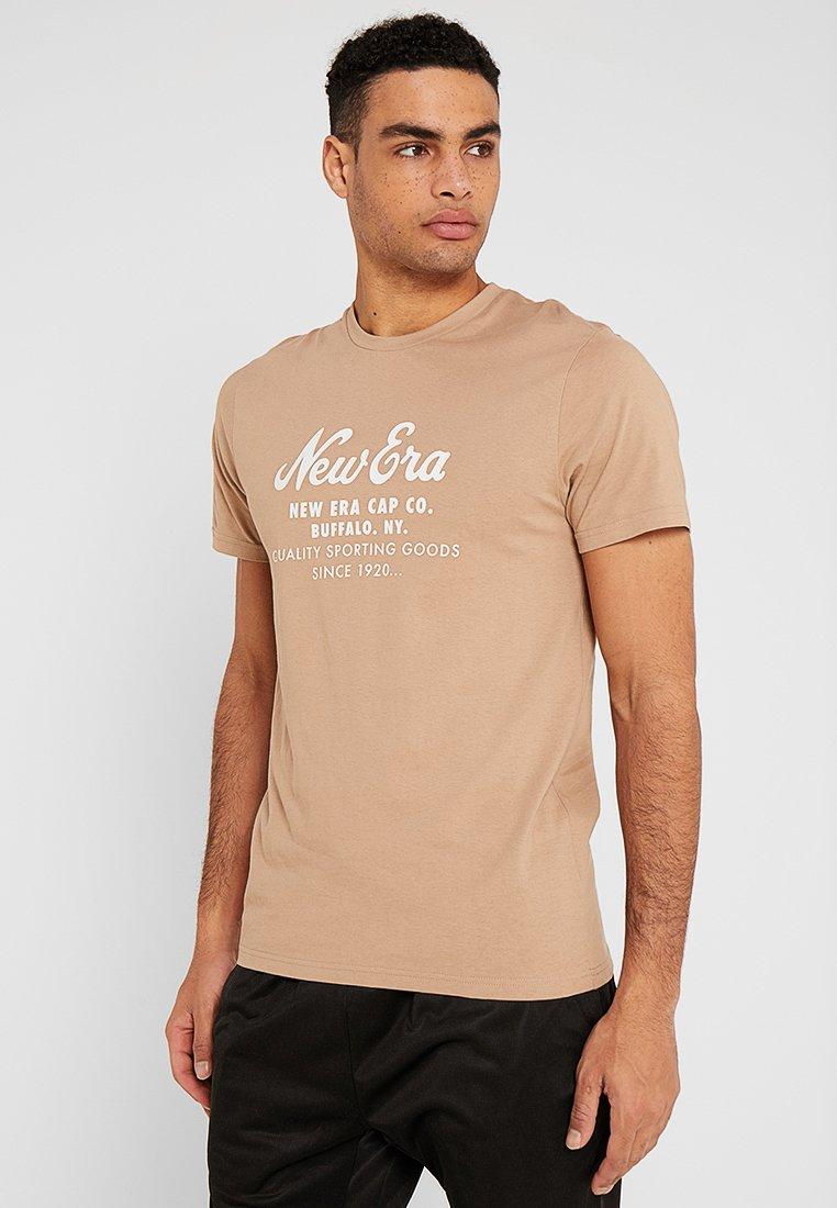 New Era - HERITAGE SCRIPT TEE - Print T-shirt - beige