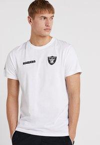 New Era - NFL OAKLAND RAIDERS ESTABLISHED NUMBER TEE - Klubové oblečení - white - 0