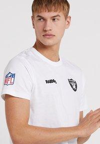 New Era - NFL OAKLAND RAIDERS ESTABLISHED NUMBER TEE - Klubové oblečení - white - 5