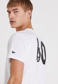 New Era - NFL OAKLAND RAIDERS ESTABLISHED NUMBER TEE - Klubové oblečení - white - 3