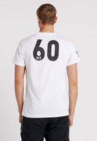New Era - NFL OAKLAND RAIDERS ESTABLISHED NUMBER TEE - Klubové oblečení - white - 2