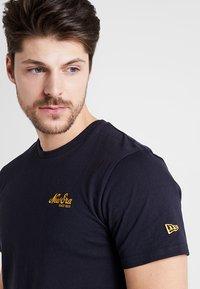 New Era - SCRIPT TEE - T-shirt - bas - navy - 3
